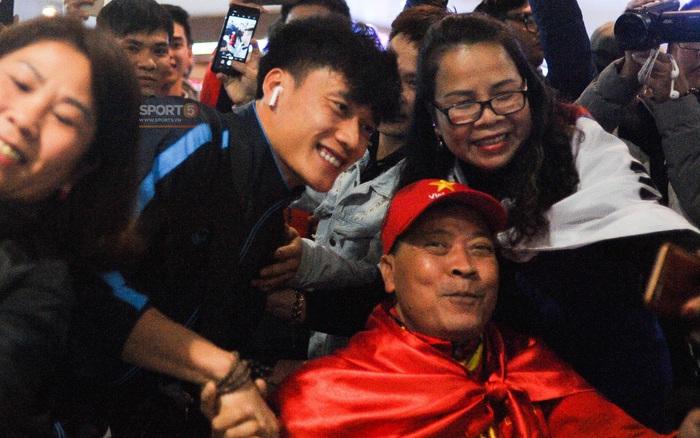 Người hâm mộ ngồi xe lăn tới Nội Bài đón Bùi Tiến Dũng trong ngày trở về - xs thứ hai
