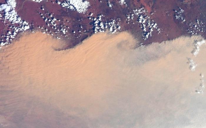 """Phi hành gia NASA chia sẻ hình ảnh cháy rừng """"đại thảm họa"""" nước Úc từ vũ ..."""