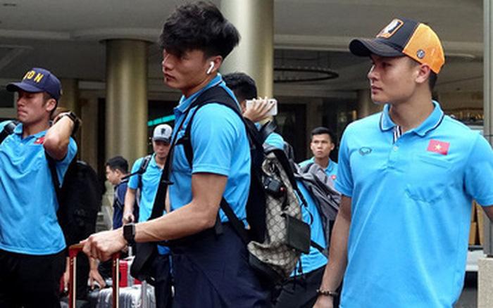 Chuyến bay bị delay, U23 Việt Nam gian nan trên đường trở về nước