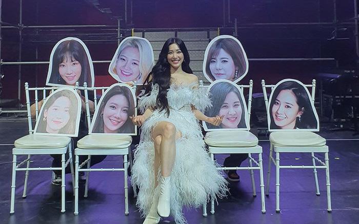 Tiffany Young ngồi một mình giữa nhiều khuôn mặt của các thành viên SNSD: ...