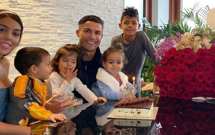 """Georgina nhận một """"núi hoa"""" từ Ronaldo trong ngày sinh nhật, lại còn được mẹ của ..."""