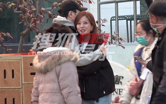 Giữa bê bối sống chung với trai trẻ hậu ly hôn, Triệu Vy xuất hiện với thái độ đáng chú ý với đồng nghiệp nam