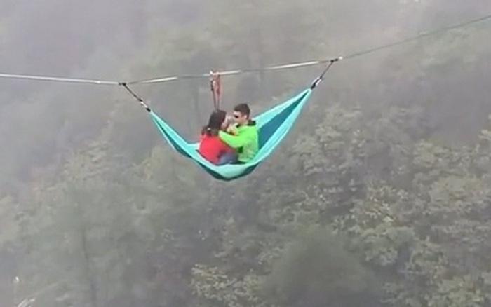 Cặp đôi ngồi võng treo trên vách núi khiến cư dân mạng hết hồn: đúng là