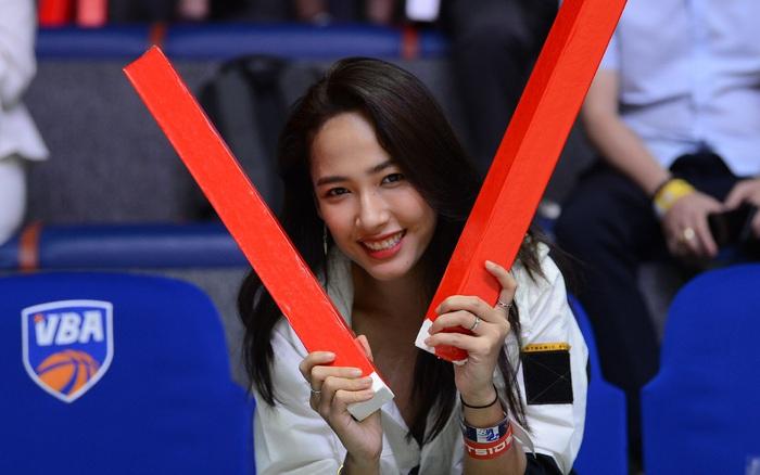 Cara Phương làm cổ động viên đặc biệt tại giải bóng rổ chuyên nghiệp Việt Nam, fan thắc mắc: