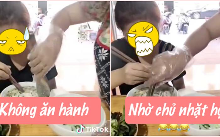 Lỡ tay bỏ hành vào bát phở, chủ quán xuống tận bàn nhặt từng cọng cho khách làm netizen