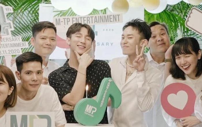 Sơn Tùng đăng ảnh kỉ niệm 4 năm M-TP Entertainment nhưng dân tình chỉ chăm chăm để ý Kay Trần