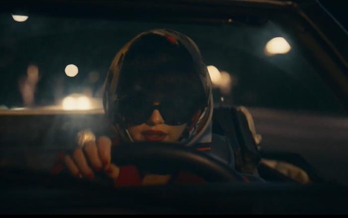 Khán giả phát hiện Selena Gomez tự mình cầm vô lăng, lái xe trong MV mới