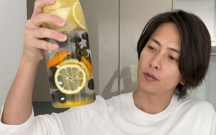 5 phút vào bếp cùng nam thần người Nhật pha chế nước detox vừa đẹp da vừa đốt cháy mỡ ...