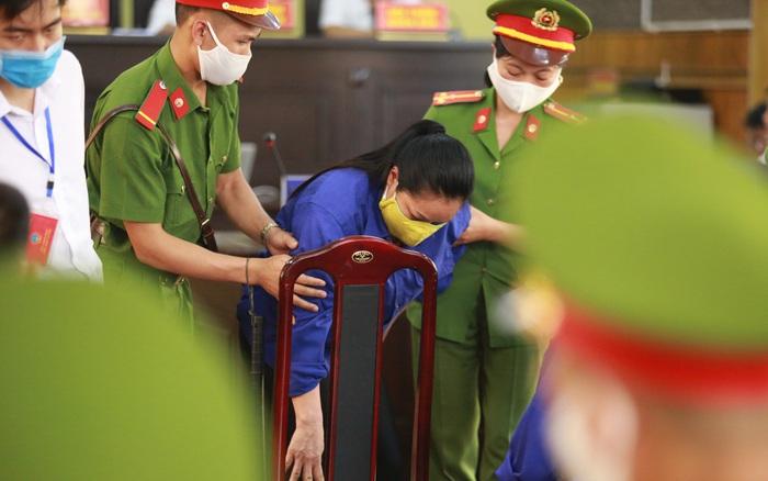 """Mẹ bỏ 440 triệu đồng chạy điểm cho con ở Sơn La suy sụp trước tòa: """"Tôi ..."""