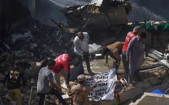 Hiện trường tang thương trong vụ rơi máy bay ở Pakistan: Nhiều nhà dân đổ sập, ...