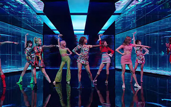 Loạt vũ đạo gây tranh cãi của nhóm nữ Kpop