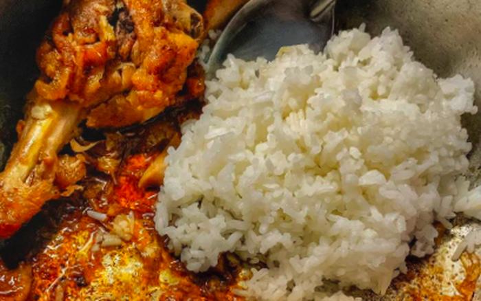 """Một kiểu ăn cơm trộn bị chê """"hổ lốn"""" nhưng 90% người Việt đều đã từng thử hồi nhỏ ..."""