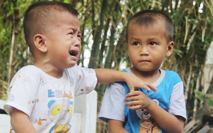 Xót cảnh 2 đứa trẻ sống cạnh những ngôi mộ, chẳng biết nói chuyện, ...