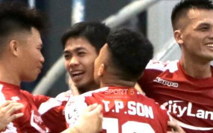 Công Phượng nhận nụ hôn khi ghi bàn sớm vào lưới Than Quảng Ninh