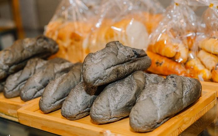 Vào tận lò sản xuất món bánh mì đen đang ...