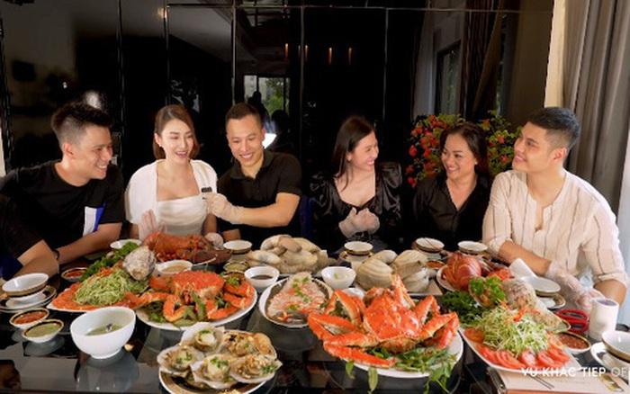 Nhiều người bạo tay chi vài chục triệu mua hải sản về tự nấu, trong đó cua ...