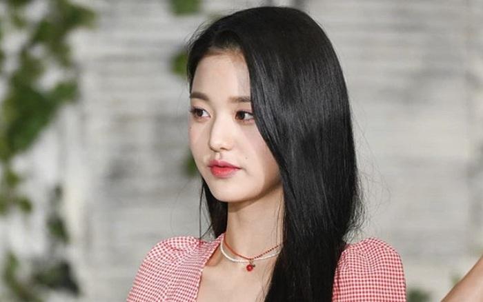 Em út IZ*ONE khổ sở vì quá cao, lại còn bị Yoo Jae Suk chạm vào nỗi đau