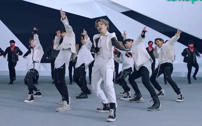 """Diễn bản hit """"ON"""" sau 5 tháng, BTS làm fan nức nở vì khoe tài hát nhảy đỉnh cao, sân khấu còn hoành tráng không thua show âm nhạc"""