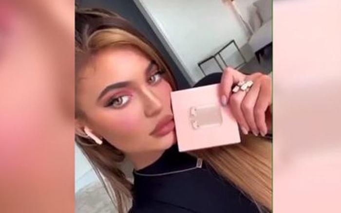 Chị em Kylie-Kendall Jenner sảy chân: Làm liều bán AirPods fake trên Instagram vì ham tiền quảng cáo?