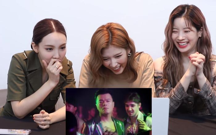 """3 chị em TWICE xem MV kết hợp của JYP và Sunmi, riêng Sana say đắm nhìn đàn chị nhưng lại… tỏ thái độ ra mặt trước """"bố Park""""?"""