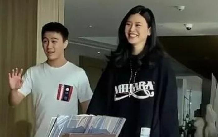 Ảnh hẹn hò gây xôn xao Weibo: Ming Xi 1m78 dạo phố bên ông xã thiếu gia 1m65, bị Cnet nói