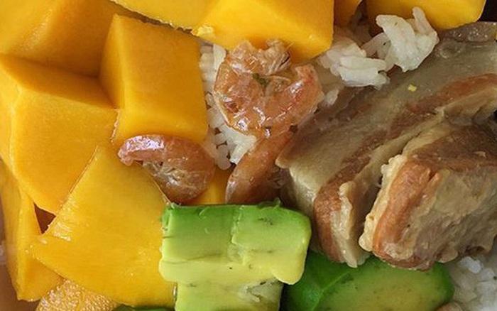 """Giải mã món """"cơm trái cây"""" - món ăn đẹp phần nhìn nhưng """"đánh nhau chan chát"""" ở sự kết hợp của tinh bột và vị ngọt"""