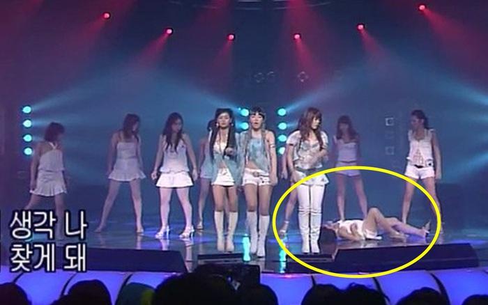 Sân khấu gây sốc mạng xã hội: Đàn chị của T-ARA điềm nhiên biểu diễn trong lúc vũ công lên cơn co giật, lăn đùng dưới đất?