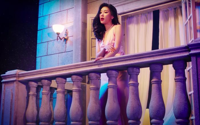 """Sunmi tự nhiên đứng trên lâu đài hát bolero """"một căn nhà nhỏ đôi trái tim vàng"""", mới tung teaser với JYP fan đã thấy hạt sạn to đùng!"""