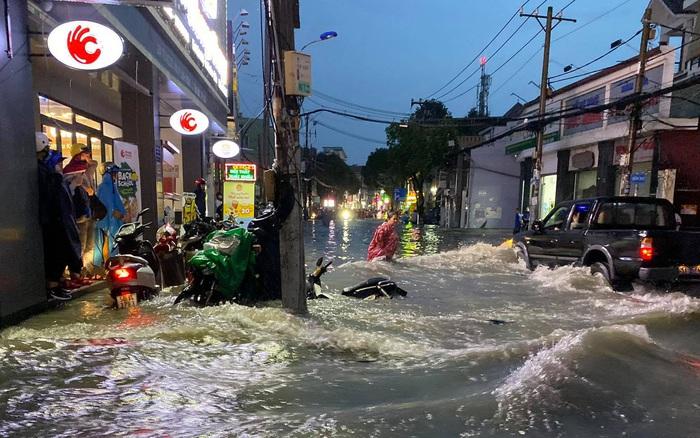 Nhiều tuyến đường Sài Gòn ngập lút bánh xe sau mưa lớn, nước chảy cuồn cuộn như lũ