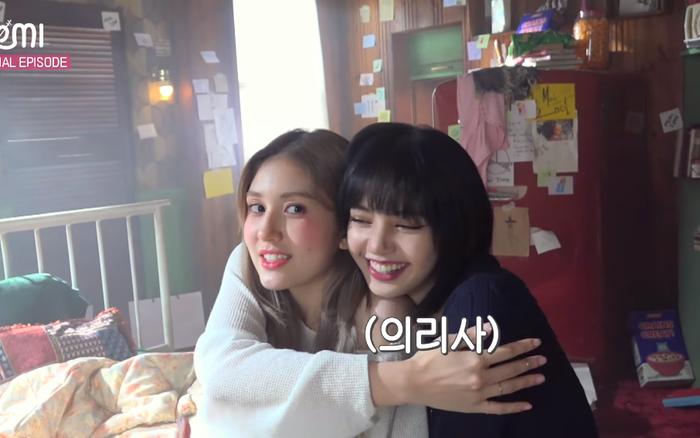"""Somi há hốc mồm khi thấy Lisa và Jisoo """"đánh úp"""" ở trường quay MV, còn được các chị khen đáng yêu vì dám """"trả treo"""" với CEO Teddy"""