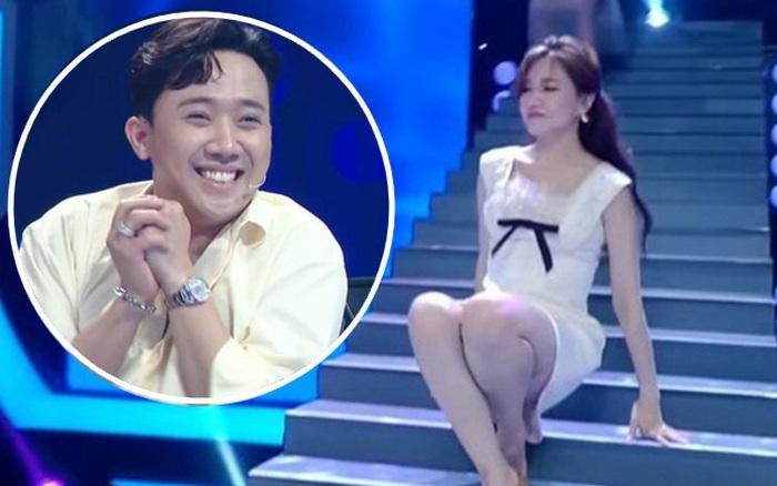 """Hari Won suýt hớ hênh vì trượt chân ngã ngay trên sân khấu, Trấn Thành chứng kiến nhưng lại có phản ứng khiến vợ """"giận tím mặt"""""""