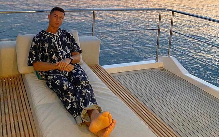 Ronaldo bất ngờ thay đổi phong cách