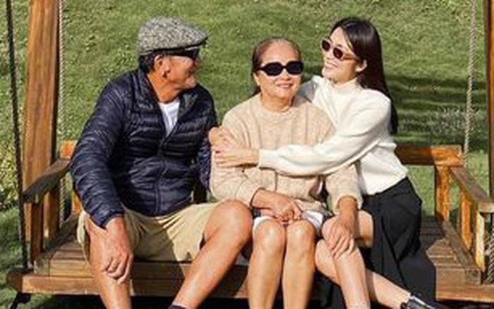 Hà Tăng hiếm hoi khoe ảnh bên bố mẹ ruột trong chuyến du lịch: Ai cũng rạng rỡ, giản dị mà hạnh phúc quá đỗi!