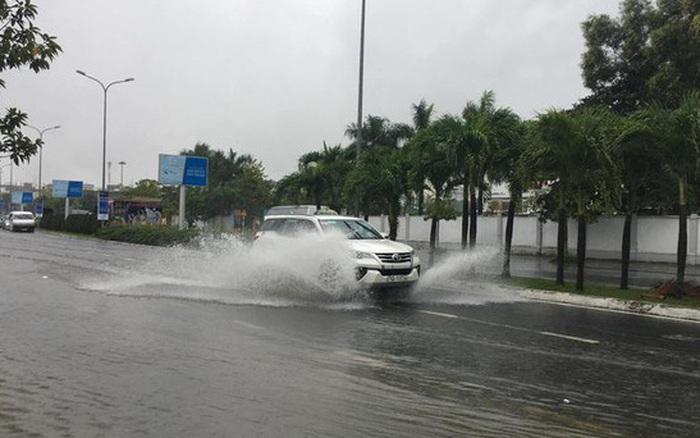 Ảnh hưởng của bão số 5: Đà Nẵng gió lốc, mưa lớn kèm sấm chớp