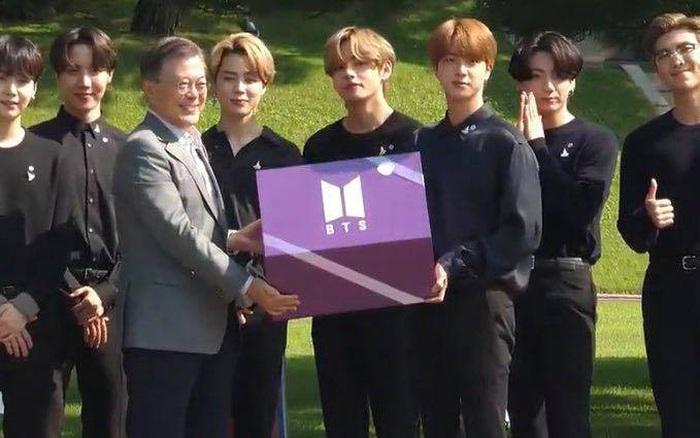HOT: BTS diện kiến Tổng thống Moon Jae In tại Nhà Xanh nhân sự kiện trọng đại xứ Hàn, hộp quà tím còn gây chú ý hơn cả bữa tiệc visual