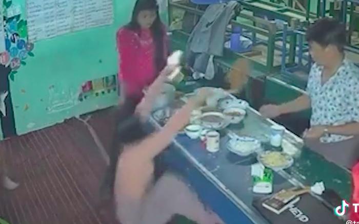 """Mải mê chụp hình sống ảo trước khi ăn, người phụ nữ… té bật ngửa khiến dân mạng vừa thương vừa """"cười sảng"""""""