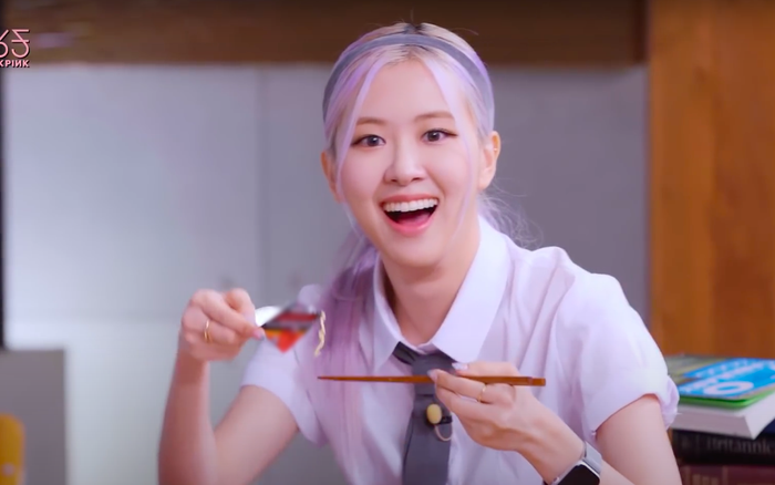 Cười xỉu chuyện BLACKPINK… ăn vụng trong lớp học: Rosé lúi húi đun nước sôi úp mì, Jennie xài hẳn dao dĩa như ở nhà hàng