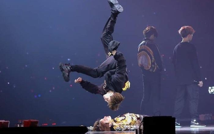 """BTS, BLACKPINK và loạt idol Kpop hết mình thực hiện vũ đạo đã khó lại còn nguy hiểm, không có tinh thần đồng đội thì kiểu gì cũng """"toi"""""""
