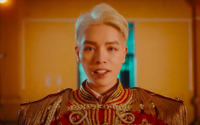 Đức Phúc diện bộ outfit hoàng gia, rủ 500 anh em hô tuyên ngôn cực chất trong teaser MV nhưng lại làm liên tưởng đến... BLACKPINK?