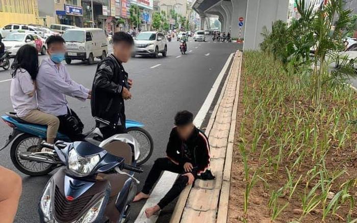 Hà Nội: Va chạm giao thông với bà bầu, nhóm thanh niên còn rút hung khí thách thức, đập vỡ đầu xe máy