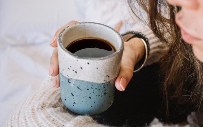 Uống cà phê mỗi ngày, người phụ nữ 30 tuổi bị loãng xương: có 4 nhóm người nên nói KHÔNG với loại đồ uống này