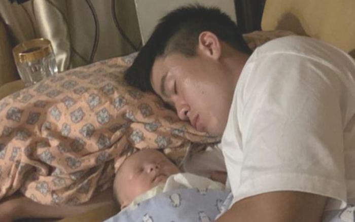 Con trai ngủ ngon trong lòng Duy Mạnh, Quỳnh Anh than thở: