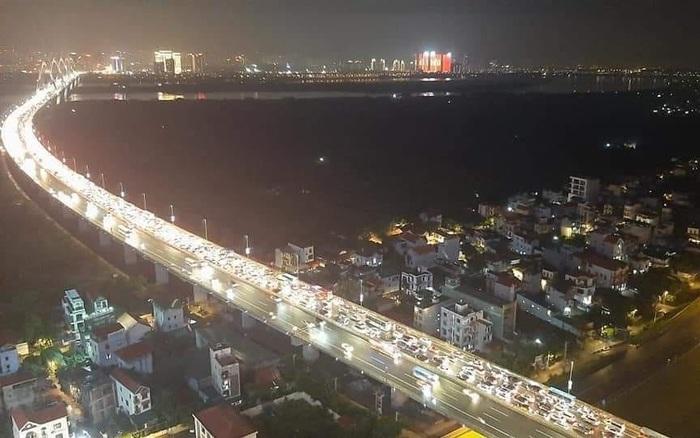 Hà Nội: 12 ô tô đâm liên hoàn trên cầu Nhật Tân gây ùn tắc nghiêm trọng