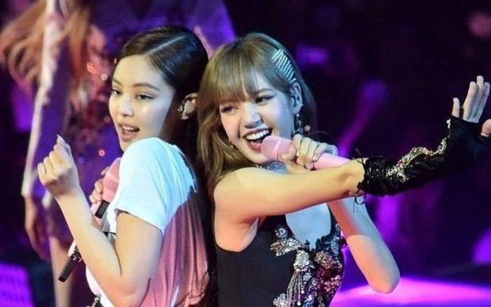 """Jennie đang hát nhảy hăng say thì bị Lisa """"tập kích"""" vòng 3, vì """"bàn tay hư"""" mà có phản ứng bất ngờ khi đang diễn"""
