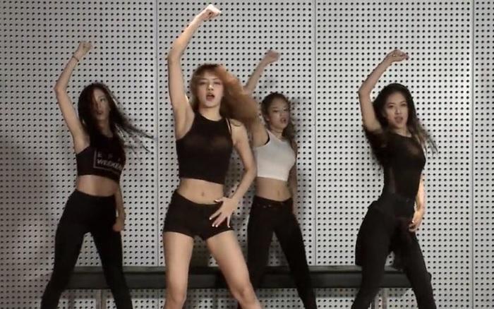 Phim tài liệu hé lộ hình ảnh hiếm của BLACKPINK thời pre-debut, Teddy và Jennie hướng dẫn Lisa hát trong phòng thu thế nào?