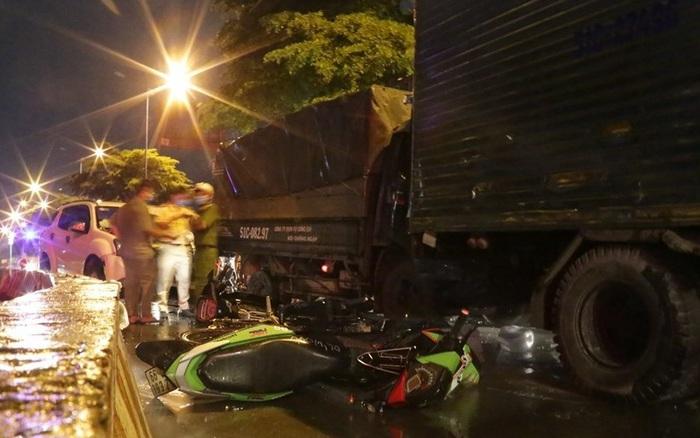 TP.HCM: Ô tô 7 chỗ tông hàng loạt xe máy dừng đèn đỏ, nhiều người bị thương nằm la liệt