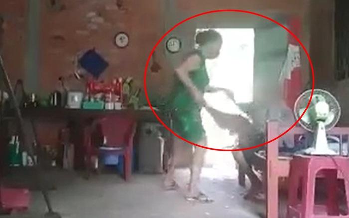 Clip: Người phụ nữ đánh đập dã man, xúc cát dính phân đổ lên người mẹ già khiến dân mạng phẫn nộ