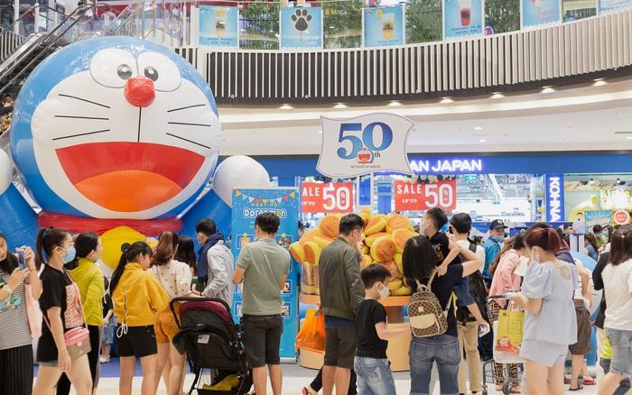 Ảnh: Giới trẻ Sài Gòn đua nhau đến dự sinh nhật 50 tuổi siêu hoành tráng của Doraemon, chụp hình check-in nhiều không kém gì thiếu nhi!
