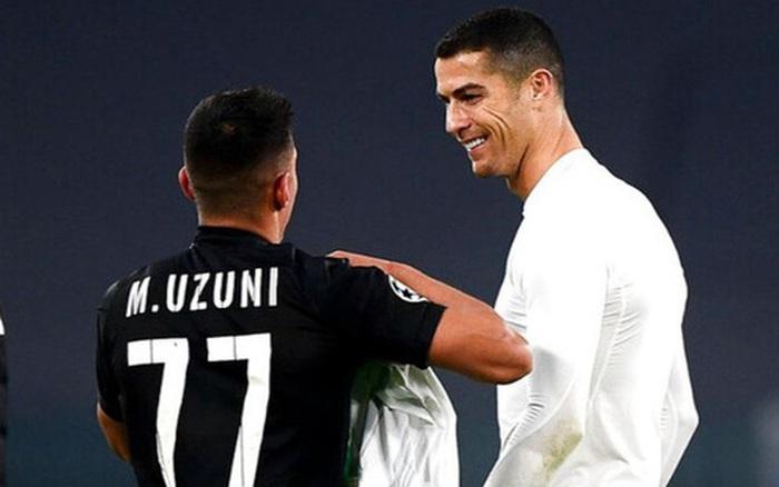 Ronaldo cười tươi khi đối thủ xin áo đấu trong ngày cân bằng kỷ lục ghi bàn của Messi