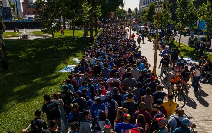 Hàng vạn người Argentina nối đuôi nhau cả cây số để vào viếng Maradona: Số người tiễn đưa